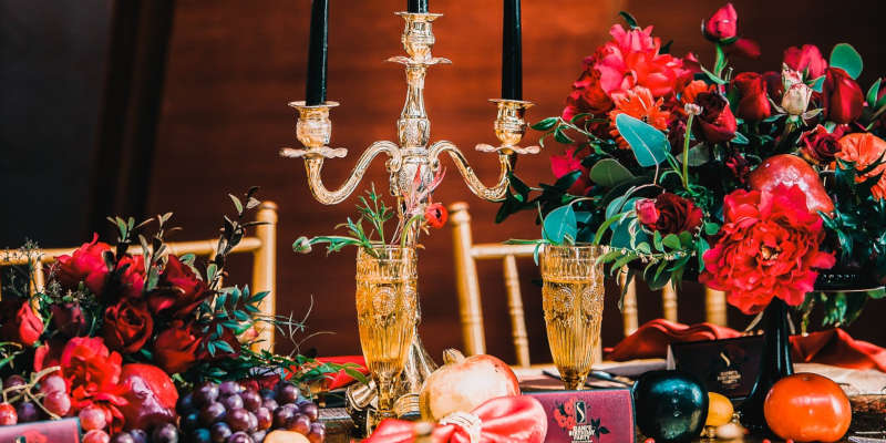 Cena con candelabro antiguo